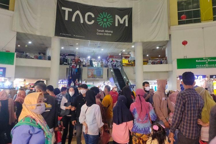 Sejumlah pengunjung berdesakan di kawasan Blok A Pasar Tanah Abang, Jakarta Pusat, Minggu (2/5/2021).