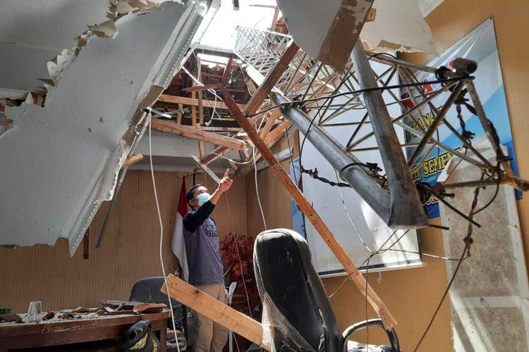 Ruangan di kantor ATR/BPN Garut yang tertimpa tower yang roboh Senin (15/06/2020/