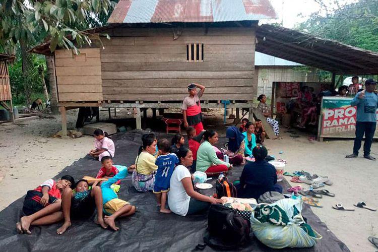 Warga berada di luar rumahnya pasca-gempa bumi di Kecamatan Sindue, Donggala, Sulawesi Tengah, Jumat (28/9/2018). Gempa bermagnitudo 7,7 mengguncang Donggala, Sulawesi Tengah. Kejadian ini disertai tsunami hingga Palu, menyebabkan banyak bangunan rusak dan komunikasi terputus. Jumlah korban masih terus didata.