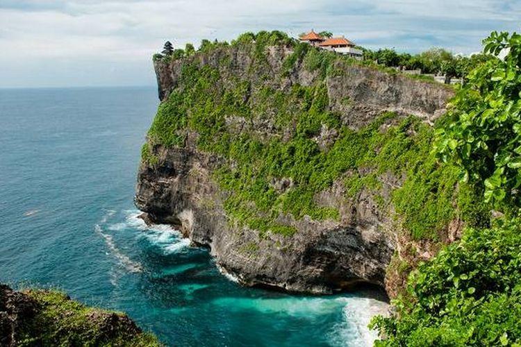 Tebing Uluwatu terlihat dari Pantai Nyang Nyang, Bali.