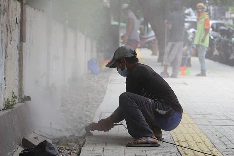 Suku Dinas Bina Marga Kota Administrasi Jakarta Selatan melakukan penataan trotoar di Jalan Tebet Raya, Tebet Timur, Tebet.