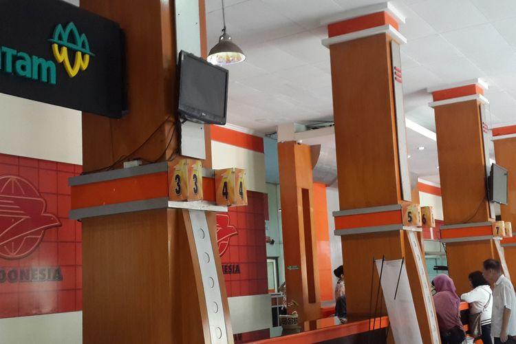 Suasana pelayanan di Kantor Pos Malang, Kamis (2/3/2017)