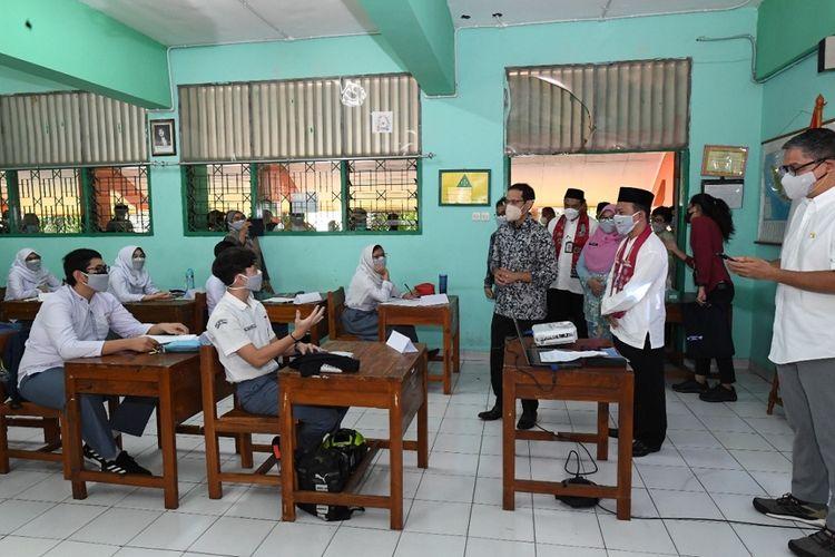 Menteri Pendidikan Kebudayaan Riset dan Teknologi Nadiem Makarim meninjau pelaksanaan pembelajaran tatap muka (PTM) terbatas di SMA Negeri 71 Jakarta, Jumat (10/9/2021).