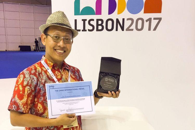 Doni Widyandana saat mendapat penghargaan dari ESCRS untuk penelitian Penyakit Mata Anak di Bantul, Yogyakarta.