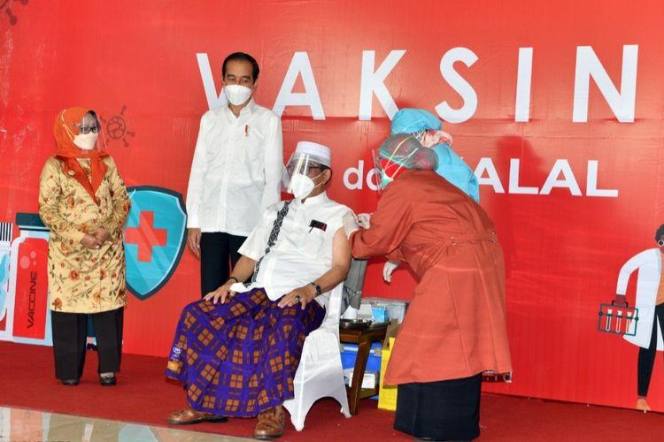 Presiden Joko Widodo meninjau pelaksanaan vaksinasi Covid-19 di pendopo Kabupaten Jombang, Jawa Timur, Senin (22/3/2021). Sasaran vaksinasi adalah 230 orang yang terdiri dari para kyai, tokoh masyarakat dan tokoh lintas agama di Jombang.