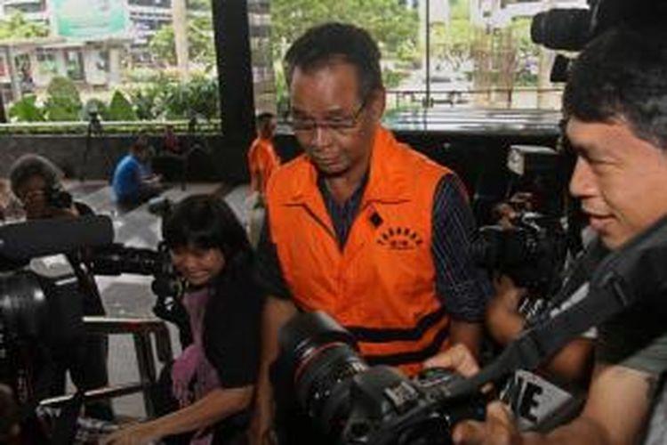 Hambit Bintih tiba di kantor Komisi Pemberantasan Korupsi (KPK) , Selasa (8/10/2013). Hambith diperiksa oleh KPK terkait dugaan suap sengketa Pilkada Gunung Mas Kalimantan Tengah.