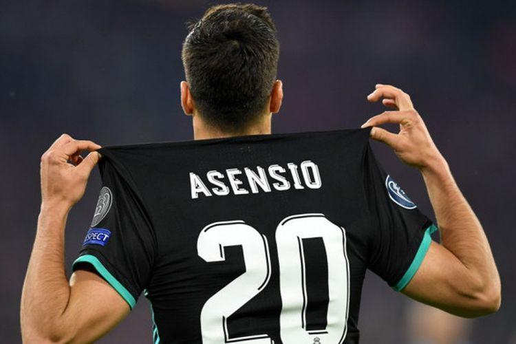 Marco Asensio memamerkan nama dan nomor kostumnya setelah mencetak gol kemenangan Real Madrid atas Bayern Muenchen pada semifinal Liga Champions di Allianz Arena, Rabu (25/4/2018).