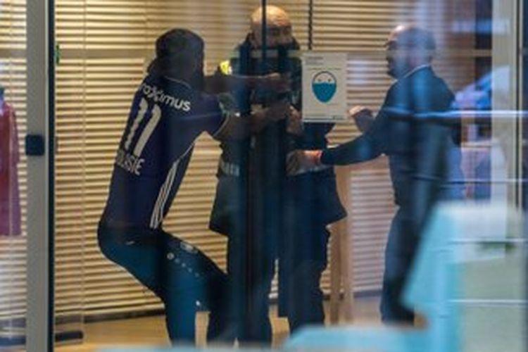 Striker Royal Antwerp, Didier Lamkel Ze, cekcok dengan staf keamanan timnya.