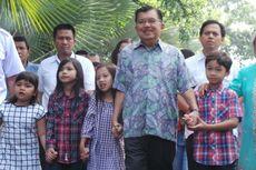 Jusuf Kalla dan Istri Beri Salam Dua Jari Sebelum Mencoblos