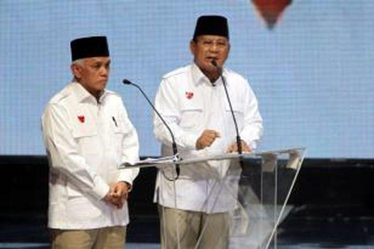 Pasangan capres dan cawapres, Prabowo-Hatta mengikuti acara debat di Jakarta Selatan, Senin (9/6/2014). Debat akan dilakukan sebanyak lima kali selama masa kampanye.
