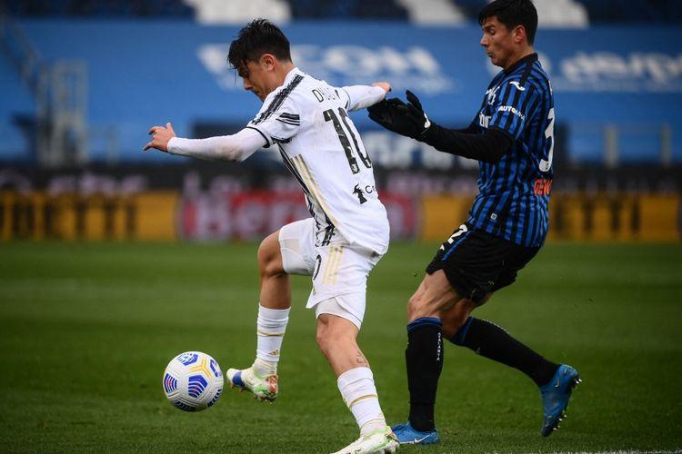 Penyerang Juventus asal Argentina, Paulo Dybala, berduel dengan gelandang Atalanta, Matteo Pessina, dalam laga Liga Italia Serie A 2020-2021 di Stadion Gewiss, Minggu 18 April 2021.