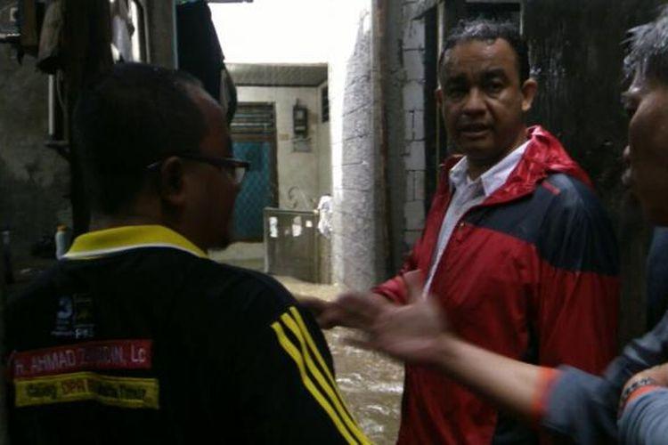 Calon gubernur DKI Anies Baswedan menijau lokasi banjir di Cipinang Melayu, Makasar, Jakarta Timur. Senin (20/2/2017).