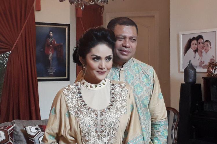 Krisdayanti dan Raul Lemos diabadikan di rumahnya di Jalan Jeruk Purut, Cilandak, Jakarta Selatan, Minggu (25/6/2017).