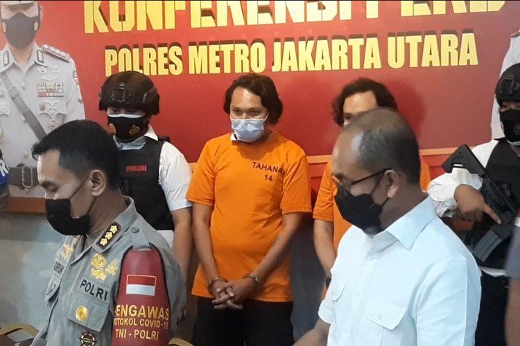 Vokalis band Deadsquad , Daniel Mardhany (berbaju tahanan orange) menghadiri rilis pers kasus penyalahgunaan narkotika di Polres Metro Jakarta Utara, Senin (3/5/2021).