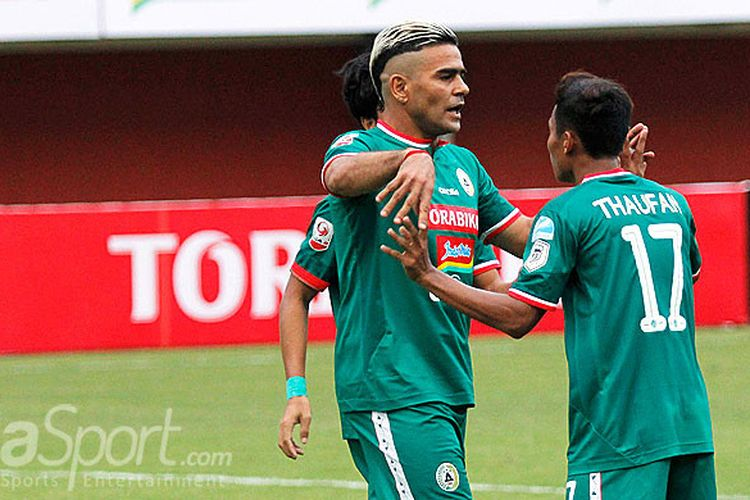 Penyerang PSS Sleman, Cristian Gonzales, merayakan gol bersama Thaufan Hidayat saat melawan Mojokerto Putra dalam laga pertandingan Liga 2 di Stadion Maguwoharjo, Sleman, Kamis (26/4/2018).