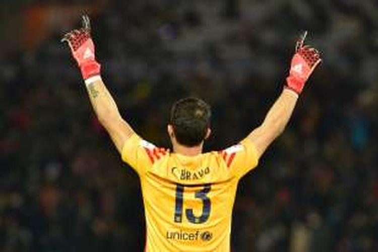 Claudio Bravo merayakan kesuksesan Barcelona menjuarai Piala Dunia Antarklub. Barcelona mengalahkan River Plate pada partai final di Yokohama, 20 Desember 2015.