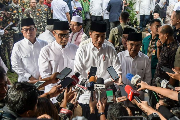 Presiden Joko Widodo (tengah) bersama Kepala Staf Kepresidenan Moeldoko (kiri), Wakil Presiden RI ke-10 dan ke-12 Jusuf Kalla (kanan) serta anak KH Salahuddin Wahid, Irfan Wahid (kedua kiri) memberikan keterangan pers usai melayat KH Salahuddin Wahid atau Gus Sholah di rumah duka di kawasan Mampang Prapatan, Jakarta, Senin (3/2/2020). Almarhum Gus Sholah akan dimakamkan di kompleks pemakaman keluarga yang berada di dalam kawasan Pesantren Tebuireng.