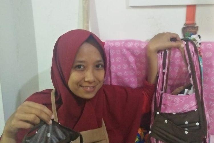 Pemilik Bubu Kaka, Cucu Sumiati, memperlihatkan masker kain produksinya.