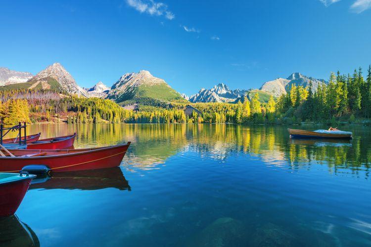 Ilustrasi panorama matahari terbit di Taman Nasional Pegunungan High Tatras dan Danau Strbske di Slovakia.