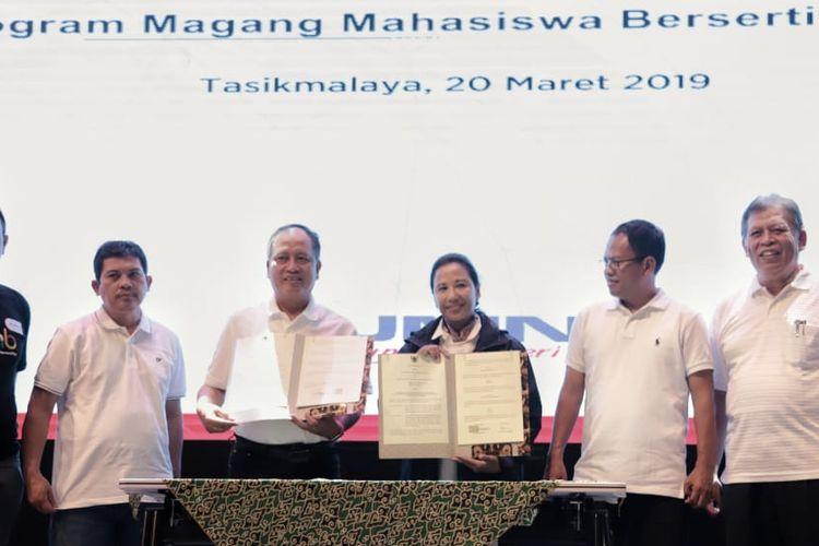 Penandatanganan nota kesepahaman PMMB antara Kementerian Riset, Teknologi, dan Pendidikan dan Kementerian BUMN di Gedung Mandala, Universitas Siliwangi, Kota Tasikmalaya, Rabu (20/3/2019).