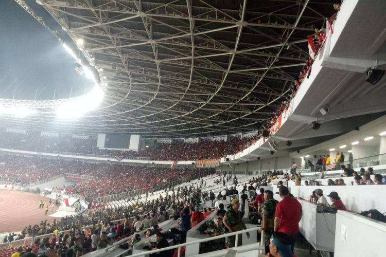 Pelemparan terhadap tribune suporter Malaysia yang dilakukan oknum suporter Indonesia saat laga kedua tim di Stadion Utama Gelora Bung Karno, Jakarta, Sabtu (9/5/2019).