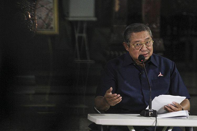 Ketua Majelis Tinggi Partai Demokrat Susilo Bambang Yudhoyono menyampaikan keterangan pers terkait KLB Partai Demokrat di Puri Cikeas, Bogor, Jawa Barat, Jumat (5/3/2021). SBY merespons KLB Partai Demokrat (PD) di Deli Serdang (5/3/2021), yang diklaim sepihak sejumlah orang, yang memutuskan Kepala Staf Kepresidenan Moeldoko menjadi Ketum Demokrat periode 2021-2025.
