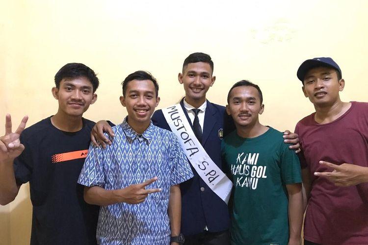 Achmad Mustofa, mahasiswa Universitas Negeri Surabaya bersama keempat rekannya, Feri, Dani, Ibnu, dan Alif, usai mengikuti sidang skripsi online dan dinyatakan lulus sebagai sarjana pendidikan, Kamis (19/3/2020).