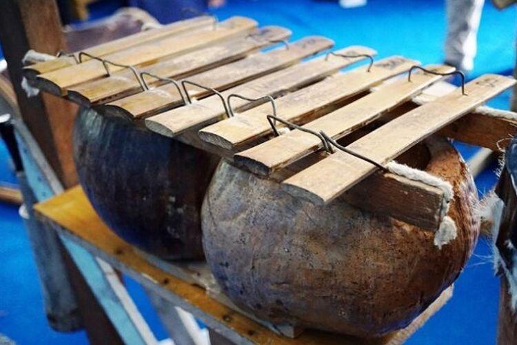 Alat musik calong Suku Mandar Sulawesi Selatan