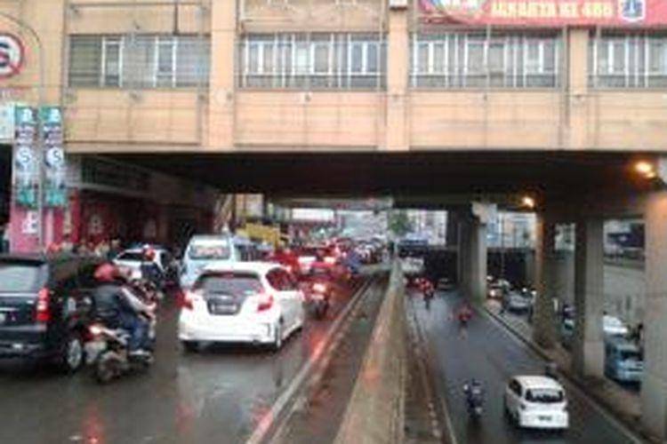 Lalu lintas di bawah jembatan penghubung Pasar Tanah Abang, Jakarta Pusat, yang lebih tertib, Senin (22/7/2013). Mulai hari ini, kendaraan yang dari arah Pejompongan (selatan) hendak menuju Cideng (utara) maupun sebaliknya, wajib melewati terowongan Tanah Abang. Adapun jalur jalan KH Mas Mansyur hanya diperuntukan bagi kendaraan yang hendak berbelanja dengan belok kiri ke arah Jalan Kebon Jati, ataupun kendaraan yang hendak putar balik ke arah kanan menuju kawasan Bundaran HI