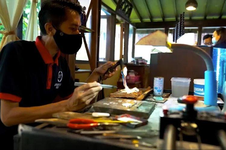 Salah seorang perajin perak Borobudur Silver