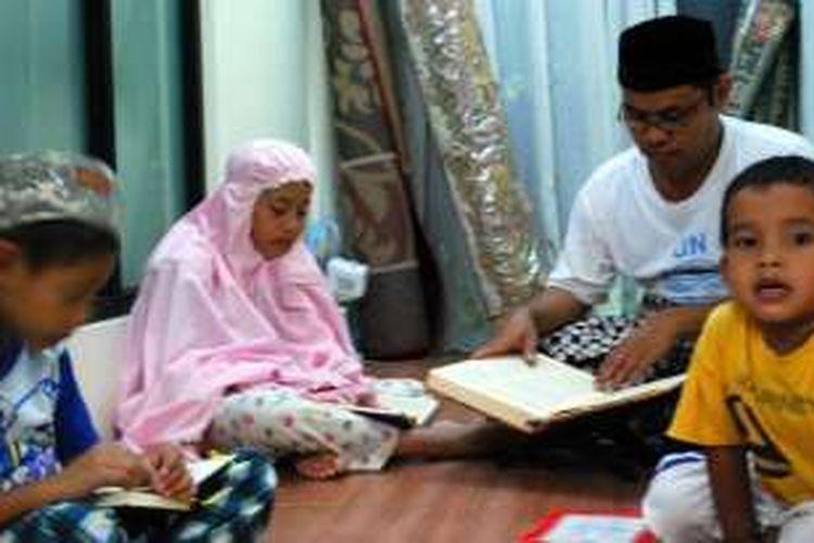 Orangtua mendampingi anak belajar