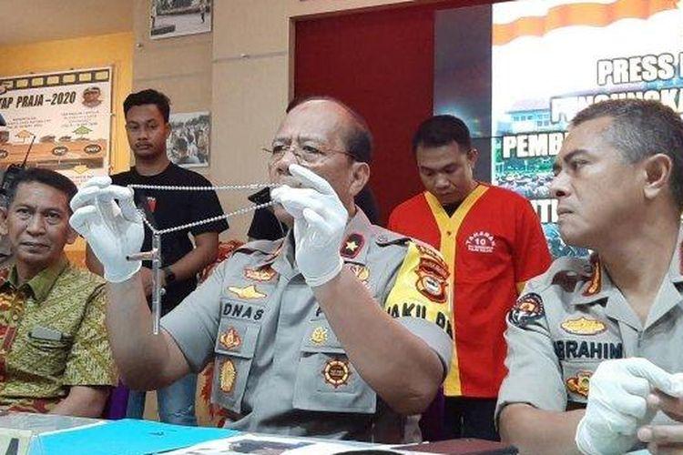 Wakapolda Sulsel Brigjen Pol Adnas saat menunjukan barang bukti senjata api rakitan di Mapolda Sulsel