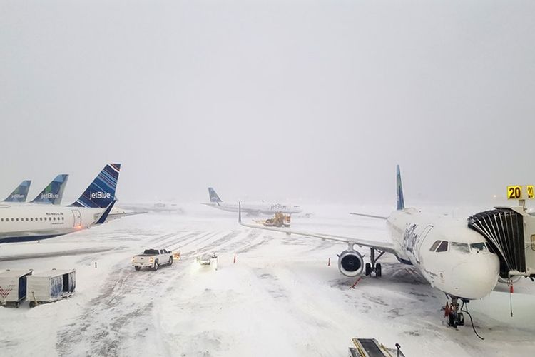 Pesawat JetBlue menunggu di gerbang di luar terminal 5 di Bandara Internasional John F. Kennedy, di wilayah Queens di New York City, Amerika Serikat, Kamis (4/1/2018). (AFP/Rebecca Butala How)