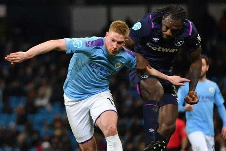 KEvin De Bruyne (kiri) sedang berduel dengan Michail Antonio (kanan) pada laga Man City vs West Ham, Kamis (20/2/2020) dini hari WIB.