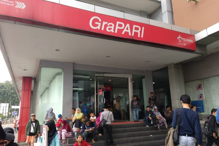 GraPARI Telkomsel Mal Bekasi Cyber Park dipenuhi masyarakat yang ingin meregistrasi ulang nomor prabayar miliknya, Rabu (28/2/2018)