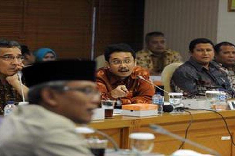 Ketua Badan Pengawas Pemilu (Bawaslu) Muhammad (dua dari kanan) didampingi angota Bawaslu Nasrullah (kanan) dan anggota Komisi Pemilihan Umum Ferry Kurnia Rizkiyansyah (dua dari kiri) serta Hadar Nafis Gumay mngikuti rapat dengar pendapat dengan Komisi II DPR yang dimpimpin Arif Wibowo (latar depan) di Kompleks Parlemen, Senayan, Jakarta, Kamis (18/4/2013). Rapat membahas permasalahan terkait dengan persiapan Pemilu 2014.