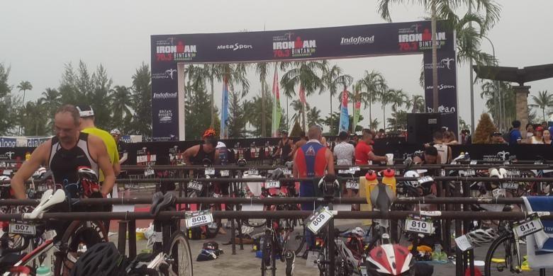 Atlet dari 51 negara mengikuti Ironman 70.3 Bintan, Minggu(28/8), di Bintan, Kepulauan Riau. Para peserta kelompok dewasa harus berenang di laut sejauh 1,9 km, bersepeda di jalan raya 90 km, dan marathon 21 km. Triatlon itu diikuti 1.000 triatlet dewasa dan 200 atlet anak-anak