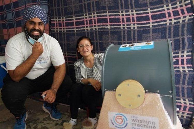 Navjot Sawhney bersama seorang perempuan yang menerima mesin cuci Divya. Mesin cuci ini telah dipesan oleh lebih dari 15 negara.