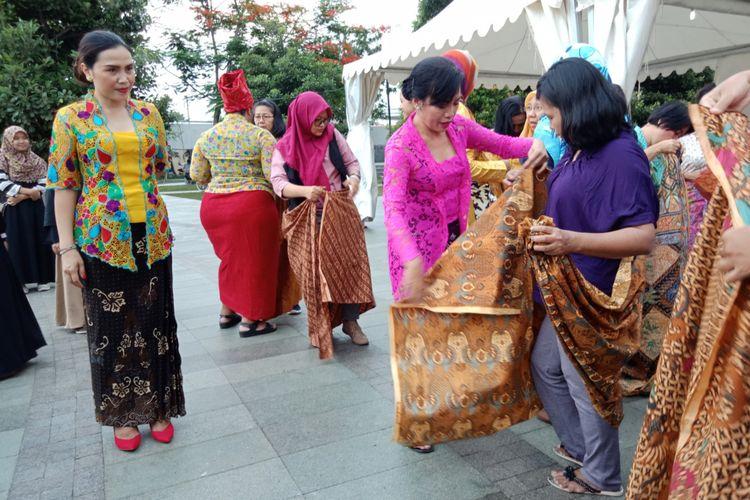 Komunitas Kebaya, Kopi dan Buku saat mengajarkan pemakaian kebaya dan kain batik kepada para penyandng disabilitas dan masyarakat yang hadir pada acara Perempuan Disabilitas Mengubah Dunia di Taman Ismail Marzuki, Jakarta, Kamis (8/3/2018).