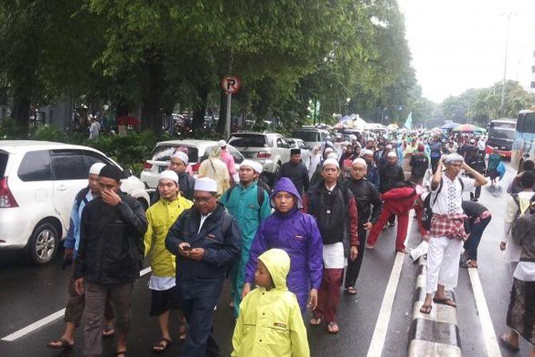 Gelombang massa yang berdatangan ke Masjid Istiqlal, Jakarta, Sabtu (11/2/2017). Mereka hadir untuk mengikuti kegiatan zikir dan doa bersama atau aksi 112 yang tengah digelar di lokasi tersebut.