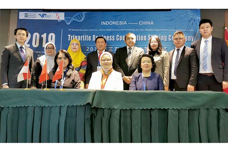 Kepala Badan Pengawas Obat dan Makanan (BPOM) RI, Penny K Lukito (duduk tengah) beserta jajarannya, Ketua Umum GP Jamu, Dwi Ranny Pertiwi (berdiri ketiga dari kiri), Presdir PT Harvest Gorontalo Indonesia, Riyanto (berdiri keempat dari kiri), serta Wakil Kepala Perwakilan RI Beijing, Listyowati (duduk kanan) saat seremoni penandatanganan MoA antara PT Harvest Gorontalo Indonesia dengan Mitra Bisnis asal China dan Hongkong di Lanzhou, Gansu, China, Sabtu (24/08/2019).