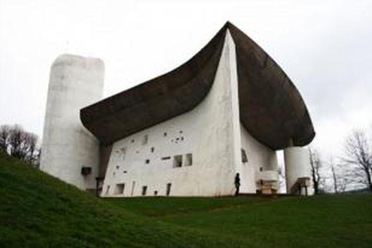 Kapel Notre Dame du Haut di Ronchamp, Haute-Saône, Perancis, mengalami kerusakan.