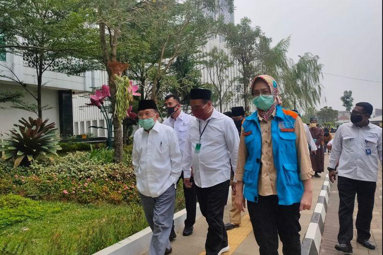 (kiri ke kanan) Ketua Umum Dewan Masjid Indonesia Jusuf Kalla, bersama anggota BPKH Bidang SDM dan Kemaslahatan Ahmad Hidayat, dan Wali Kota Tangerang Selatan Airin Rachmi Diany, di komplek gedung Pemerintah Kota Tangerang Selatan, Senin (20/7/2020)