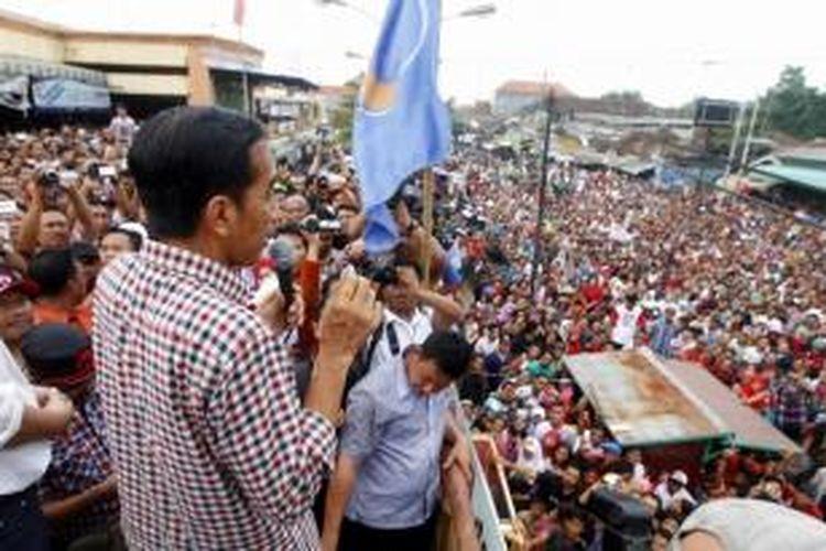 Calon presiden nomor urut 2, Joko Widodo (Jokowi) berorasi di depan warga yang memenuhi  jalan dan halaman Pasar Induk Kajen, Pekalongan, Jawa Tengah, Kamis (19/6/2014). Dalam orasinya Jokowi mengatakan kegembiraannya karena disambut ribuan warga.