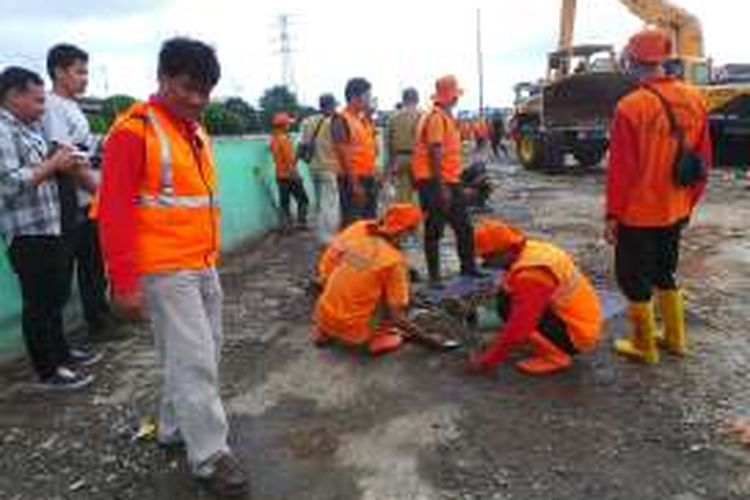 Seratusan tim kebersihan diturunkan untuk membersihkan puing sisa reruntuhan bekas bongkaran yang menutupi Jalan Kepanduan II di Kalijodo. Jalan ini dibersihkan agar akses masuk dapat digunakan lagi. Senin (29/2/2016)