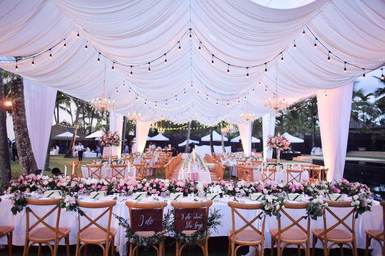 Ilustrasi lokasi pernikahan di hotel, berkonsep garden party.