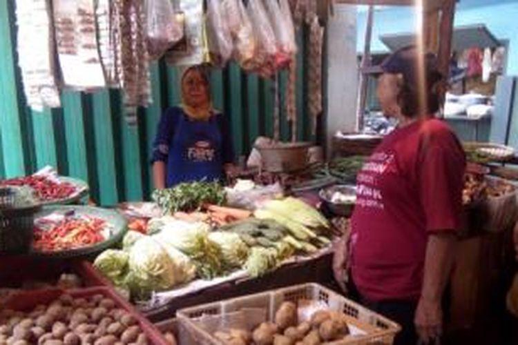 Pembeli di pasar becek makin irit belanja lantaran harga sayur-mayur melonjak akibat musim kemarau, Pasar Warakas, Jakarta Utara, Jumat (7/8/2015)