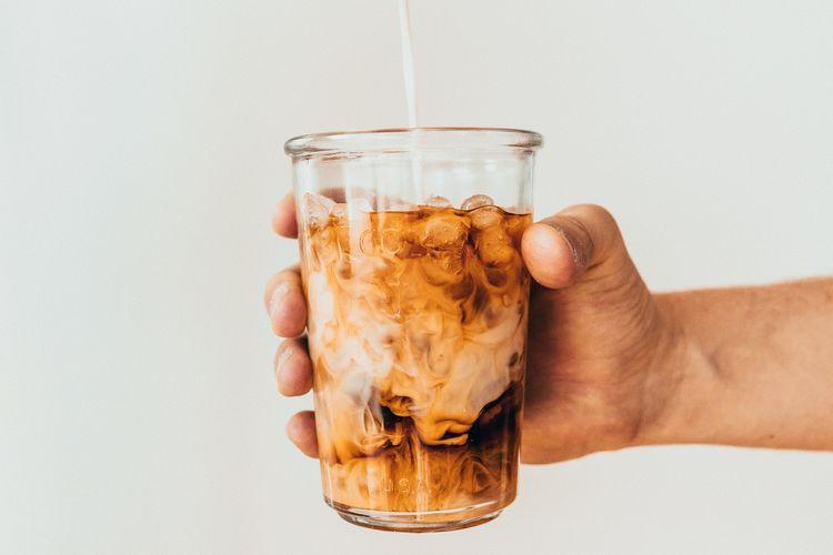 Seduh dan racik sendiri es kopi di rumah dengan berbagai tips dari para barista.