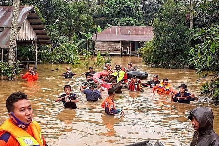 Tim SAR gabungan mengevaluasi warga yang terdampak banjir di Kecamatan Pengaron, Kabupaten Banjar, Kalsel, Selasa (12/1/2021).