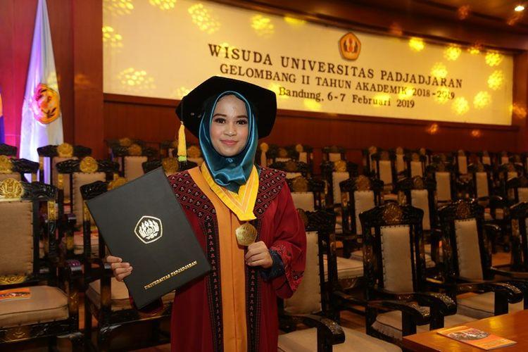 Regita Anggia (20), terpilih sebagai wisudawan terbaik Universitas Padjadjaran (Unpad). Ia lulus program studi ilmu komunikasi dengan IPK 4.